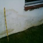 feuchte Wand im Erdgerschoß Putzschaden außen mit Verfärbungen