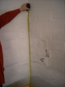 Hauskauf Checkliste Hausbesichtigung feuchte-Wand-leichter-Anstrichschaden